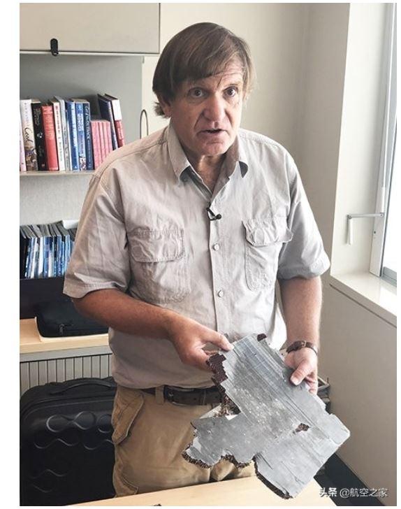 沉船猎人布莱恩·吉布森手里拿着一块从印度洋南部回收的一块飞机碎片