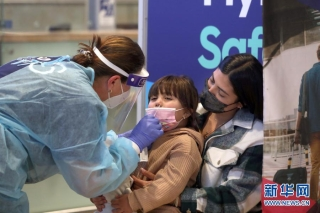 3月8日,旅客抵达以色列本古里安国际机场后接受新冠检测采样。新华社/基尼图片社