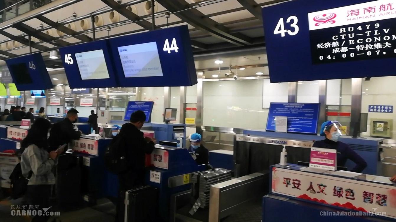 旅客在专属柜台办理值机(王海坤摄)