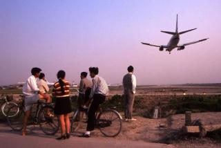 多图:1998年上海虹桥机场外看飞机起落的人们