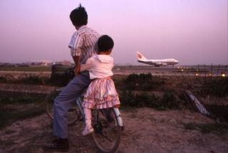 图:1998年上海虹桥机场外看飞机起落的人们 图片来源:ins@gregforaday
