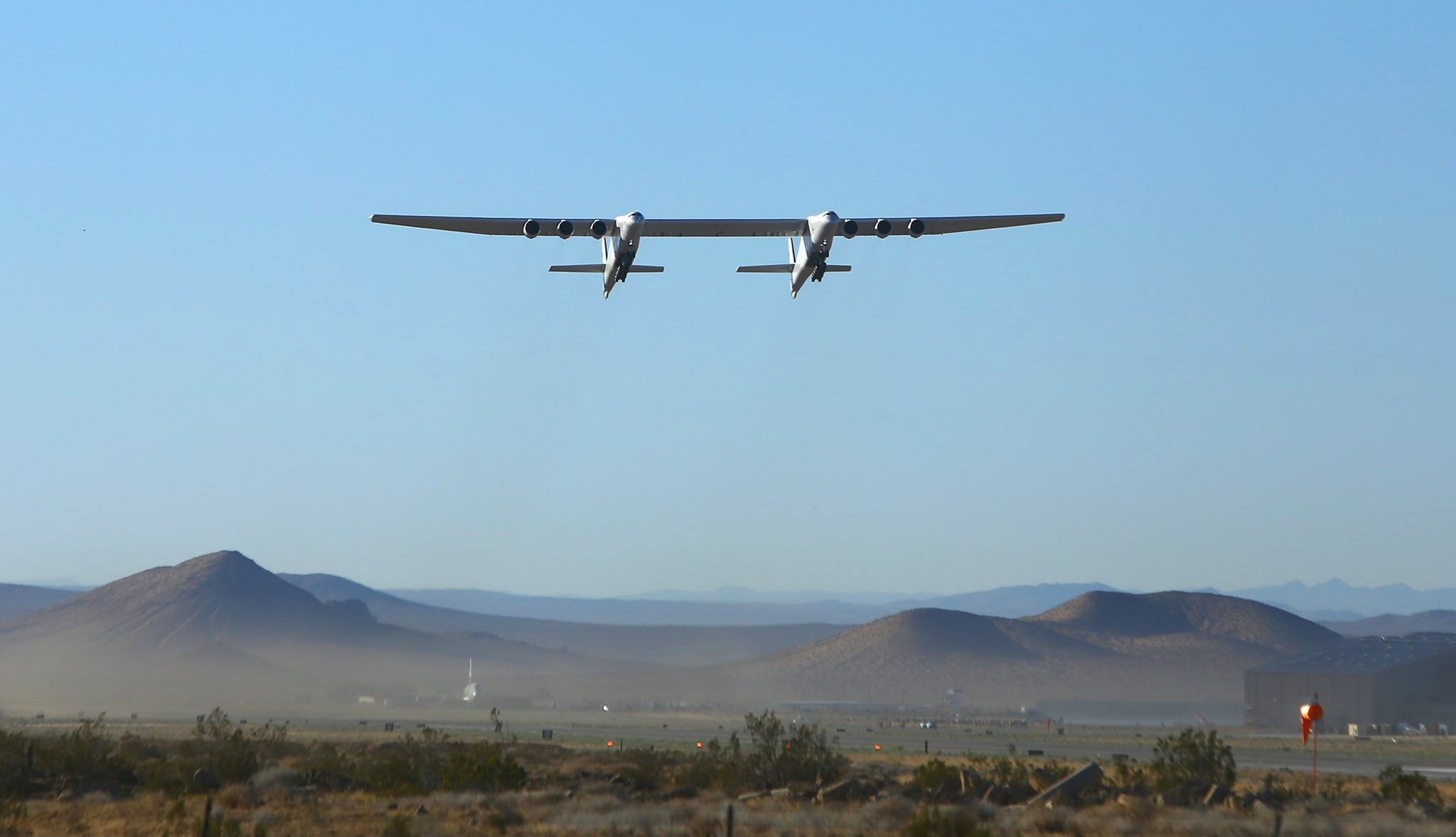 全球最大飞机首飞两年后再次进行飞行测试