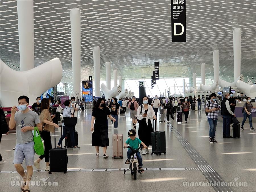 """深圳机场五一小长假""""进出两旺"""" 单日客流达15.95万人次"""
