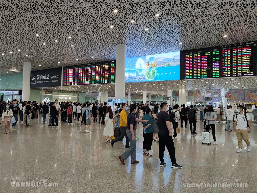 """深圳机场五一小长假""""进出两旺"""" 单日客流达15.95万人次 深圳机场供图"""