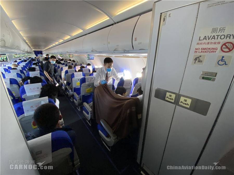 东航机组在客舱内搭建临时门诊救助烫伤旅客