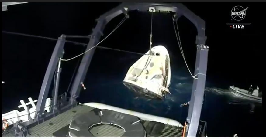 """美国完成首次商业载人飞行任务 """"龙""""飞船载4名宇航员返回地球"""