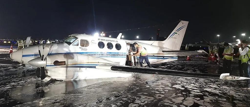 印度一载有新冠病患的飞机起飞后轮子掉落,在机场腹部着陆