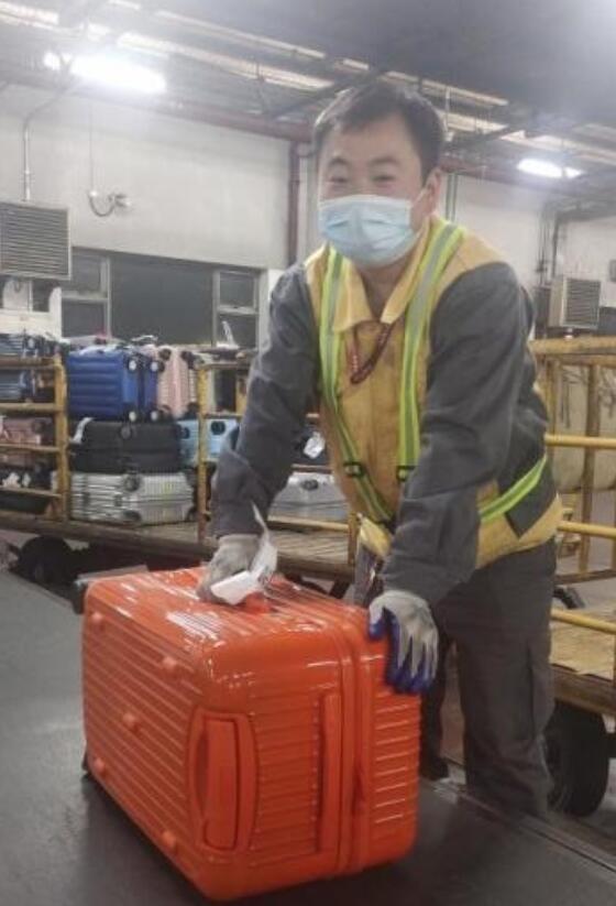 分拣员正在核对旅客行李