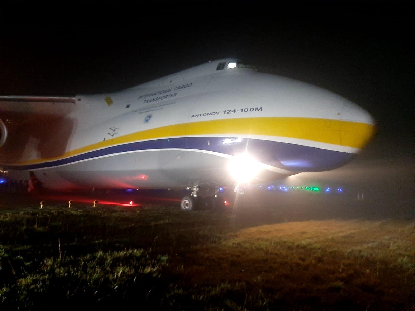 现场图:安124降落时冲出跑道 无人受伤