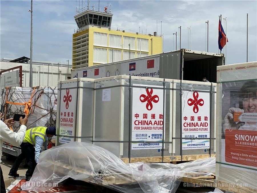 南航为柬埔寨高效护航第六班新冠疫苗客改货包机