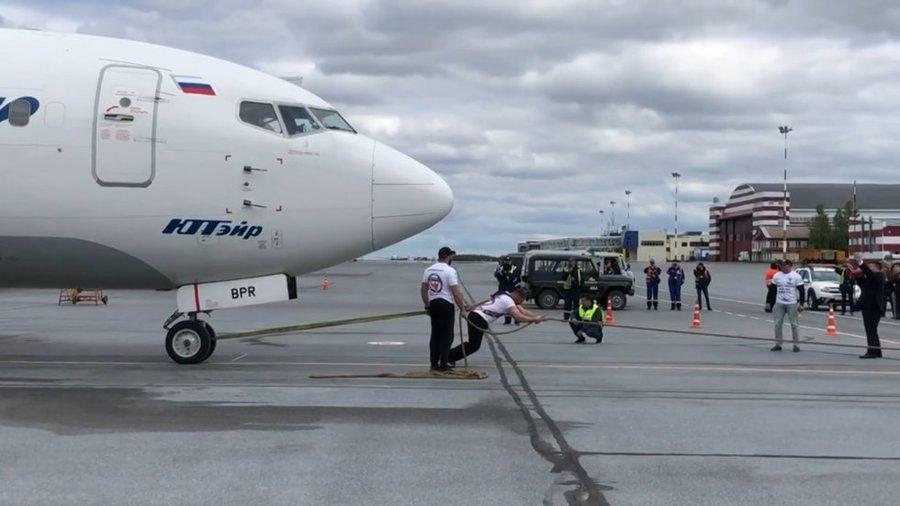 视频:俄男子39秒内将波音737飞机拖行15米