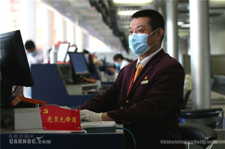 海南航空党员先锋赵杰获旅客称赞:新时代的好榜样