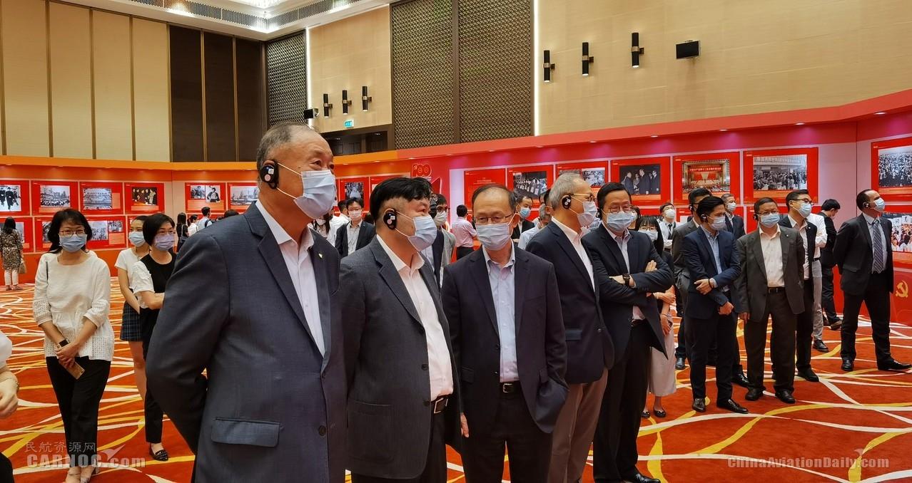 澳门机场员工参观中国共产党成立100周年图片展