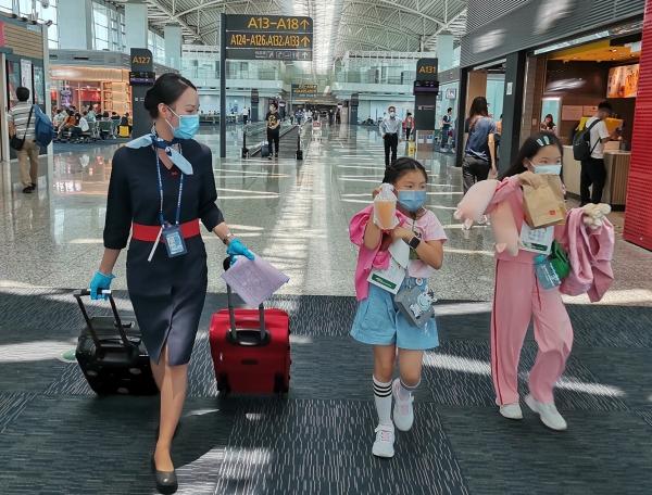 """东航广东暑运""""邮寄""""无陪儿童增多 客运员日行3万步保障登机"""