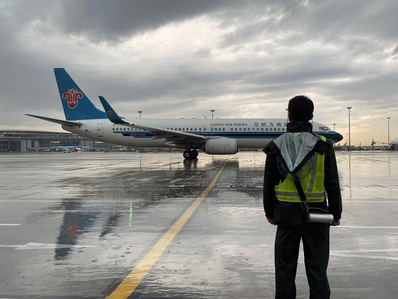 """台风""""烟花""""来袭  南航计划取消25日在上海所有进出港航班"""