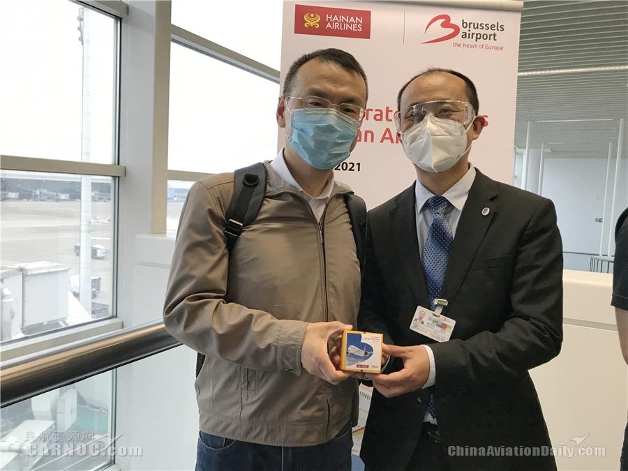 海南航空布鲁办市场总经理韩志与第一名登机旅客合影
