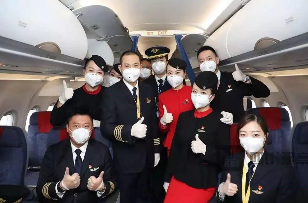 """川航""""英雄机组""""执飞援鄂医疗队运输航班"""