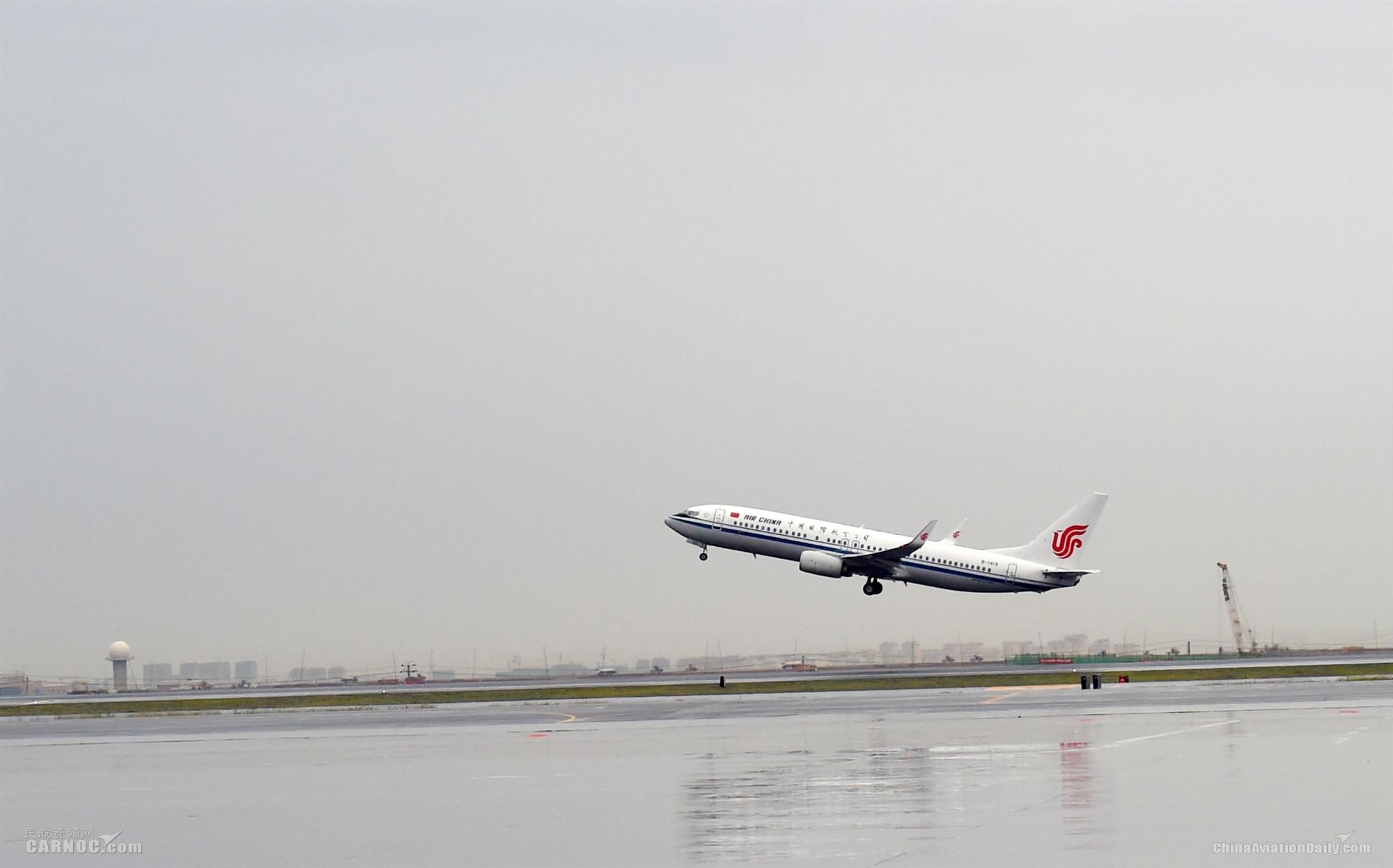 CA1478航班作为国航新疆分公司首航航班飞往北京,国航新疆分公司正式开展航线运营。尹璐摄