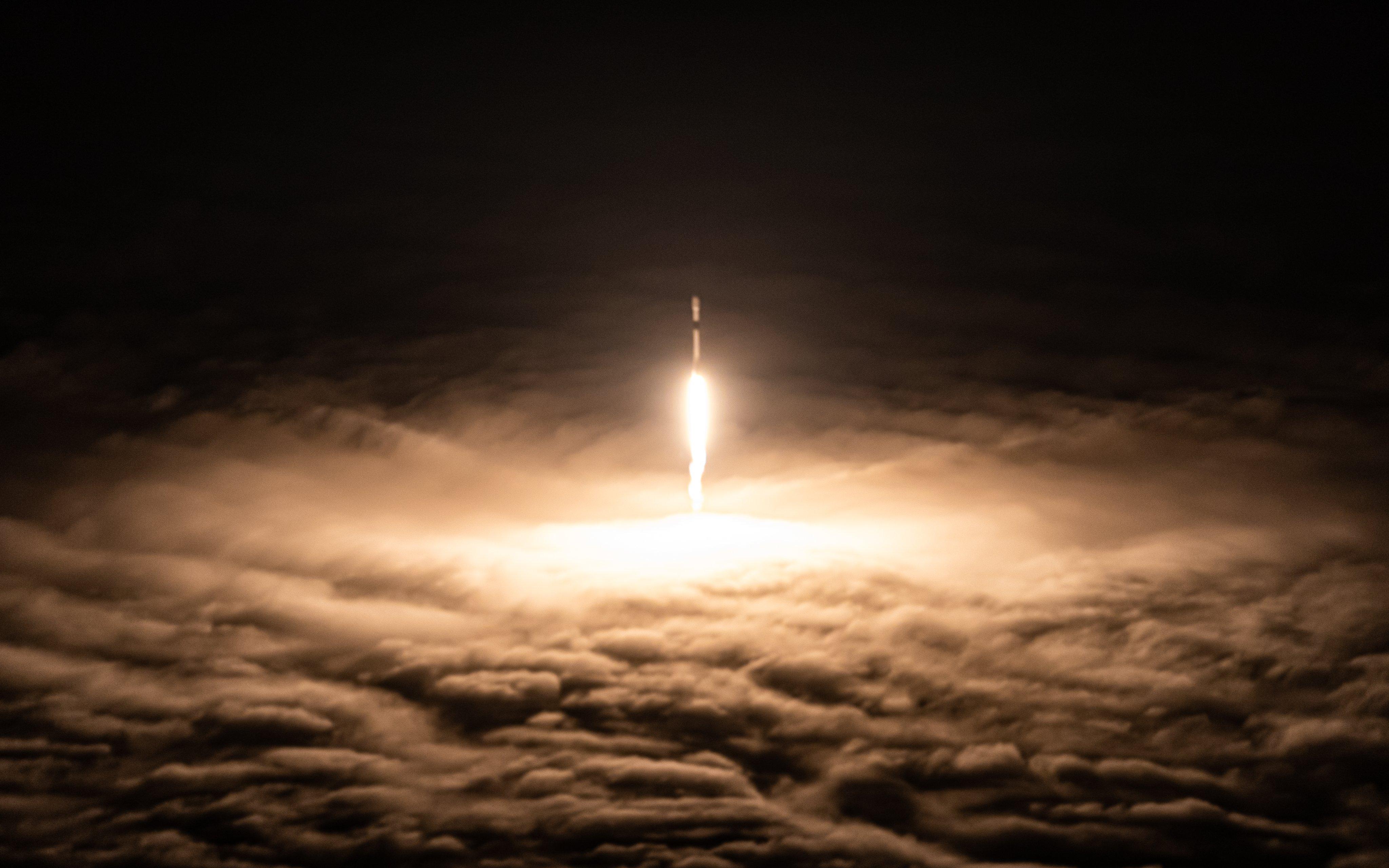 """视频:SpaceX首次送四名""""平民""""入太空 将绕地球3天"""