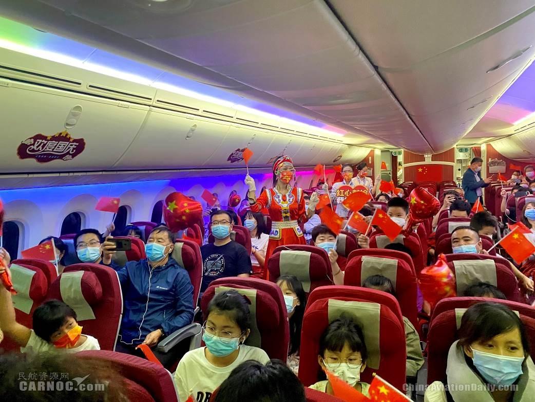 乘务员带领旅客一起歌唱《我和我的祖国》(摄影