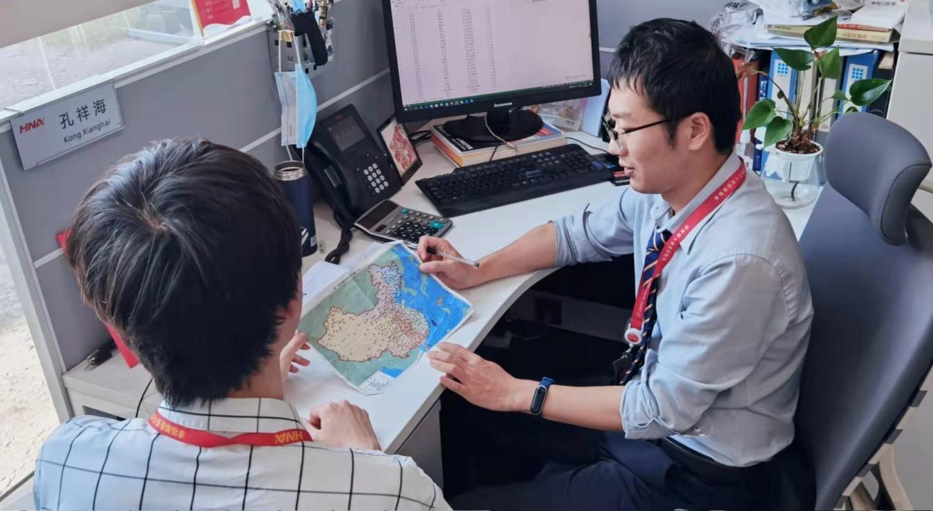 孔祥海与同事在商讨海航国内航线