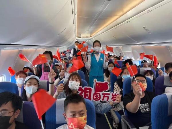 """昆明航空:云端飘起""""中国红"""""""