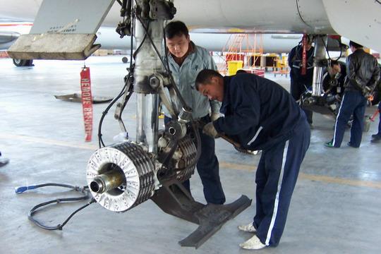 md-90飞机起落架检修