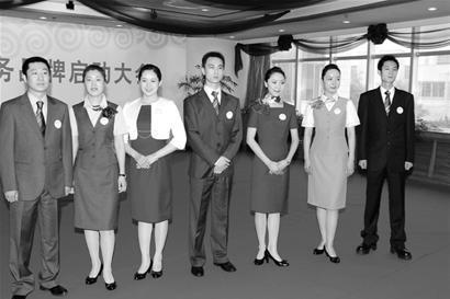 """桃仙机场工作人员换装""""中国红""""迎奥运贵宾"""