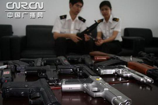 大连机场海关在旅客行李中查获10支仿真枪械