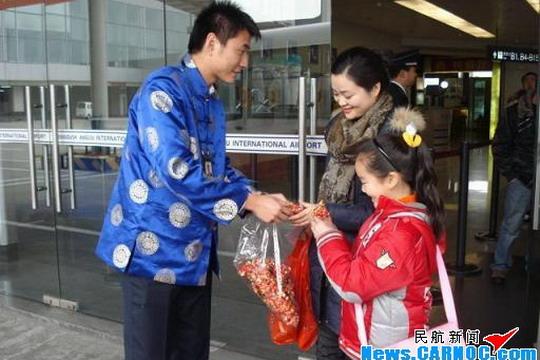 2009年1月25日,在这个旧历年大年三十的日子,四川航空股份有限公司(Sichuan Airlines Co., Ltd.,简称川航)地面服务部门倾心班组的成员们统一穿上了精致的唐装,以全新的面貌与往来的旅客们共同迎接新年的到来!倾心班组早已准备好了火红的中国节、可爱的小牛布偶这两个代表着吉祥如意、牛气冲天的小礼物,来赠送给乘坐川航航班的旅客。