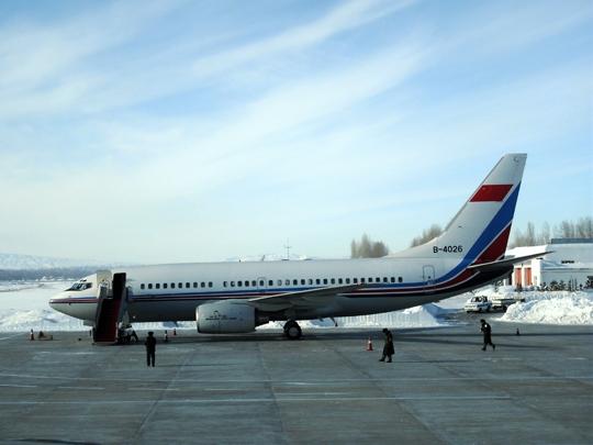 青岛流亭国际机场整装待发的航空货物.