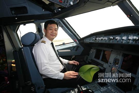 图4:南航深圳分公司副总经理王建民亲自把飞机从德国开回来.图片