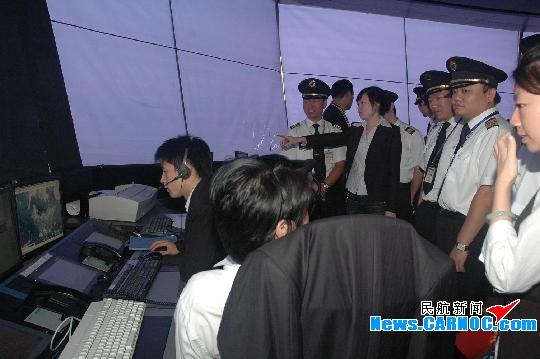 图13:东航飞行员在管制中心塔台参观.摄影:范瑾