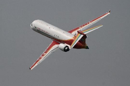 国产ARJ21支线客机在珠海举行首次热身飞行