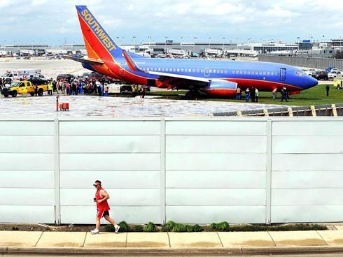 美西南航客机雨中降落冲出跑道 无人员伤亡