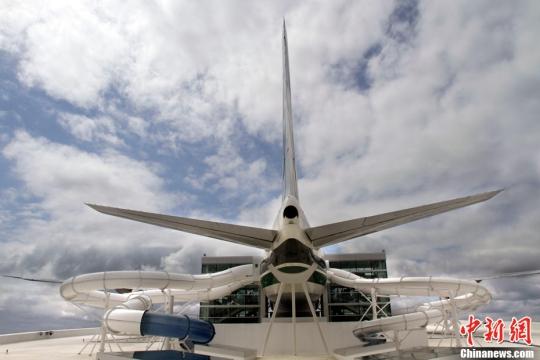 新奇! 波音747飞机制成的水上公园开张迎客