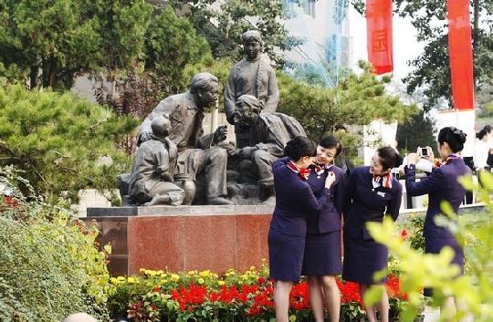 东航党员捐建西柏坡领袖风范雕塑园正式落成