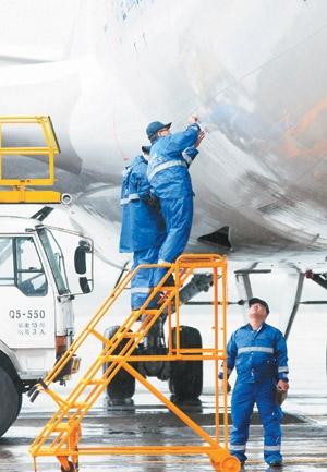 桃园机场行李车碰撞华航班机