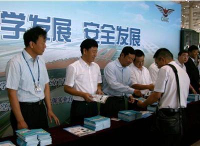 李健副局长在北京首都机场宣传航空安全知识