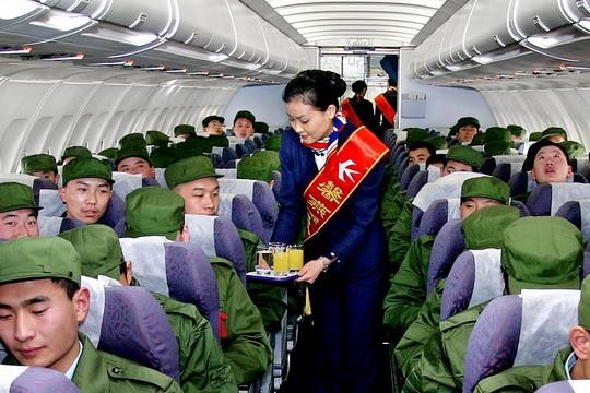 12月16日上午9点钟,在济南国际机场候机大厅内,百余名新兵身着崭新的军装,手提统一的行李包,在东航值机柜台前排起整齐的长队。这些新兵都是来自济南市各区县,包括市中区、章丘市和平阴县等地,多为高中毕业生,他们将乘坐东航的空客A319飞机飞赴广州服役。   你们即将离开父母,远离家乡,奔赴广州,驻守祖国的边疆,你们是新时代最可爱的人!很高兴为你们服务!东航青年文明号馨燕组的乘务员们用她们甜美的微笑和优质的服务让子弟兵感受到了社会对他们的关爱。   这些新兵年龄在18岁左右,此前从未乘坐过飞机,对于