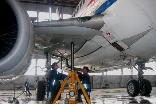 图1:东航山西分公司机务维修人员顶起飞机,做起落架应急收放检查   4月11日,机号为B-2680的波音737-700客机,在东航山西分公司机库完成了它飞行12000小时后的大体检。这种在业内被称2C检的维护修理工作,是东航山西分公司首次独立完成,标志着该公司的维护能力迈上了一个新台阶。   据了解,B-2680号客机是东航山西分公司引进的首架波音737-700客机。早在2005年10月,东航山西分公司维修部门就已着手准备启动该架飞机的2C检工作,从申报维修资质、编制工作单卡、准备维修航材和技术资