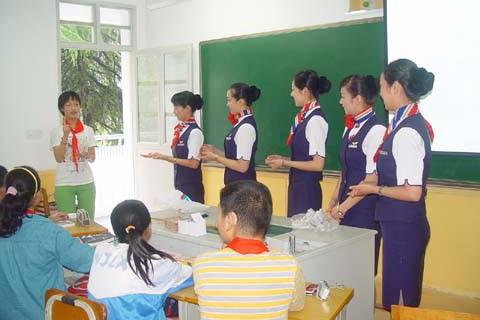 东航江苏公司客舱服务部乘务二分部的六位乘务员来到南京市聋哑学校