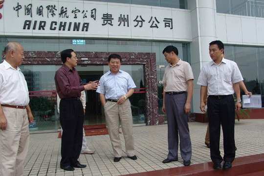 图1:高宏峰副局长同国航贵州分公司领导亲切交谈
